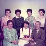 Familienfoto 1984 vorne sitzend Mutter Maria, Elisabeth, Vater Josef hinten Seebi, Rösli, Theres, Maria, Käthy, Beat